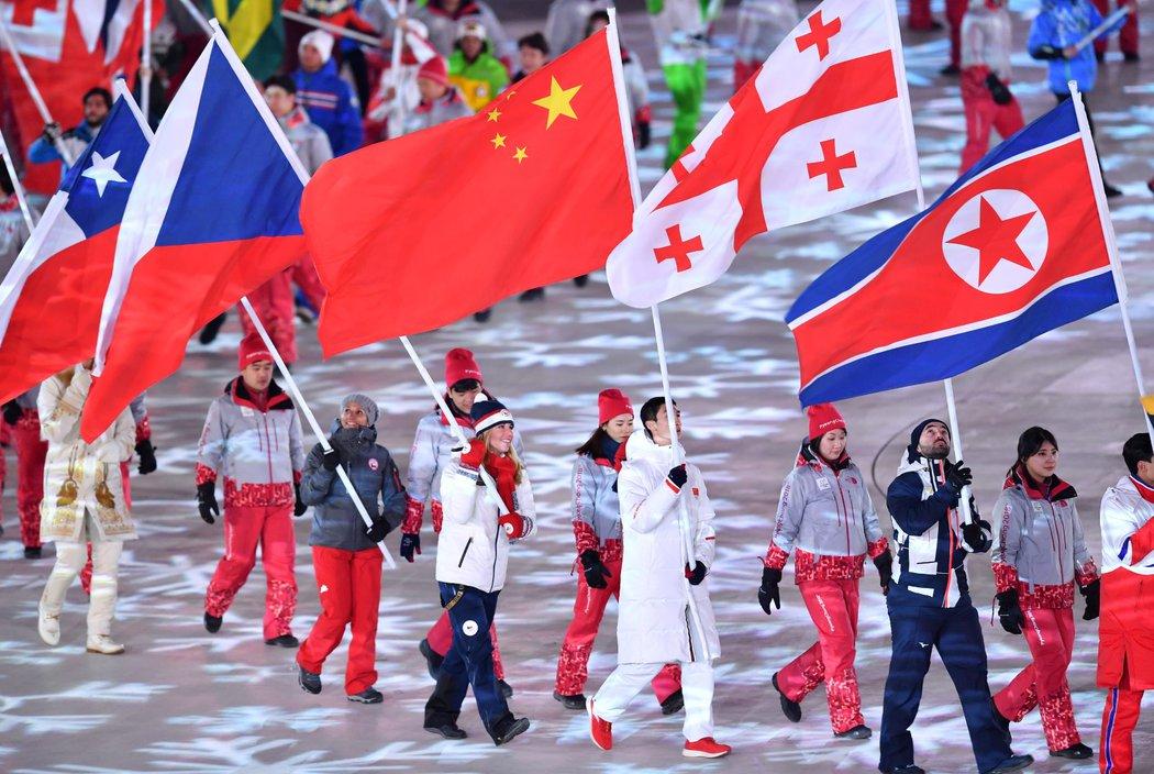 Česká vlajka ve správných rukou. Ester Ledecká jako vlajkonoška na slavnostním zakončení olympiády.