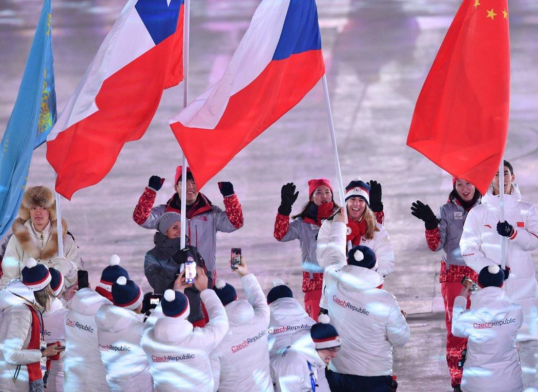 Ester Ledecká s českou vlajkou na závěrečném ceremoniálu na ZOH