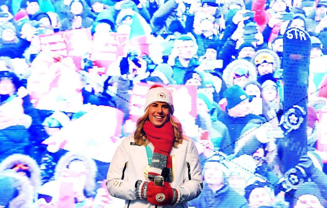 Ester Ledecká a davy fanoušků na obrazovce za ní