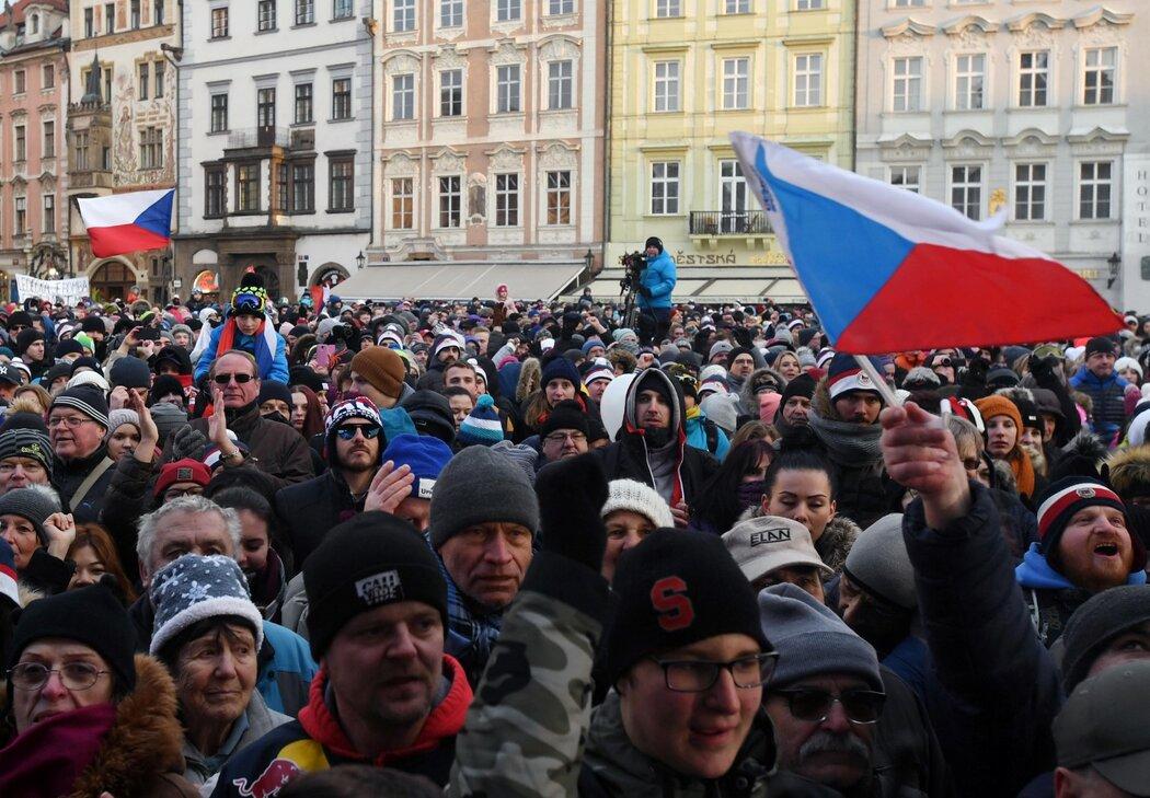 Stovky fanoušků vítaly na Staroměstském náměstí Ester Ledeckou i Martinu Sáblíkovou, nechyběly ani ti nejmenší