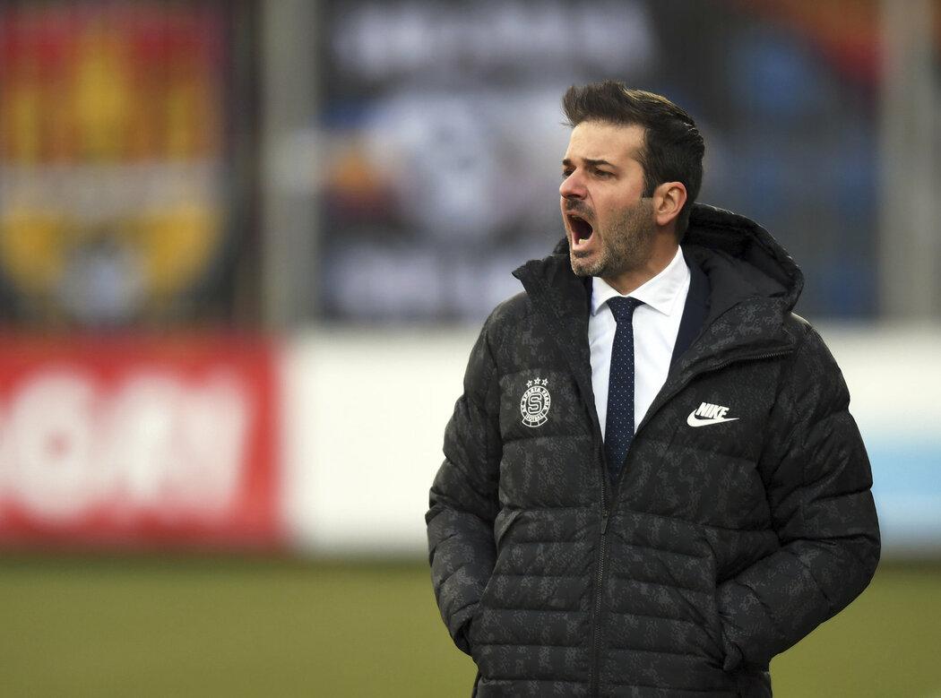 Trenér Sparty Andrea Stramaccioni při zápase na Slovácku