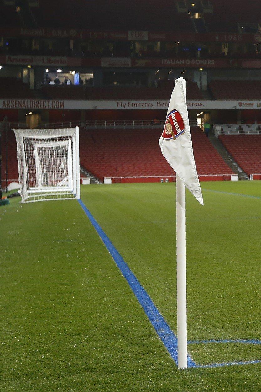 Hřiště Emirates Stadium netradičně ozdobily modré čáry