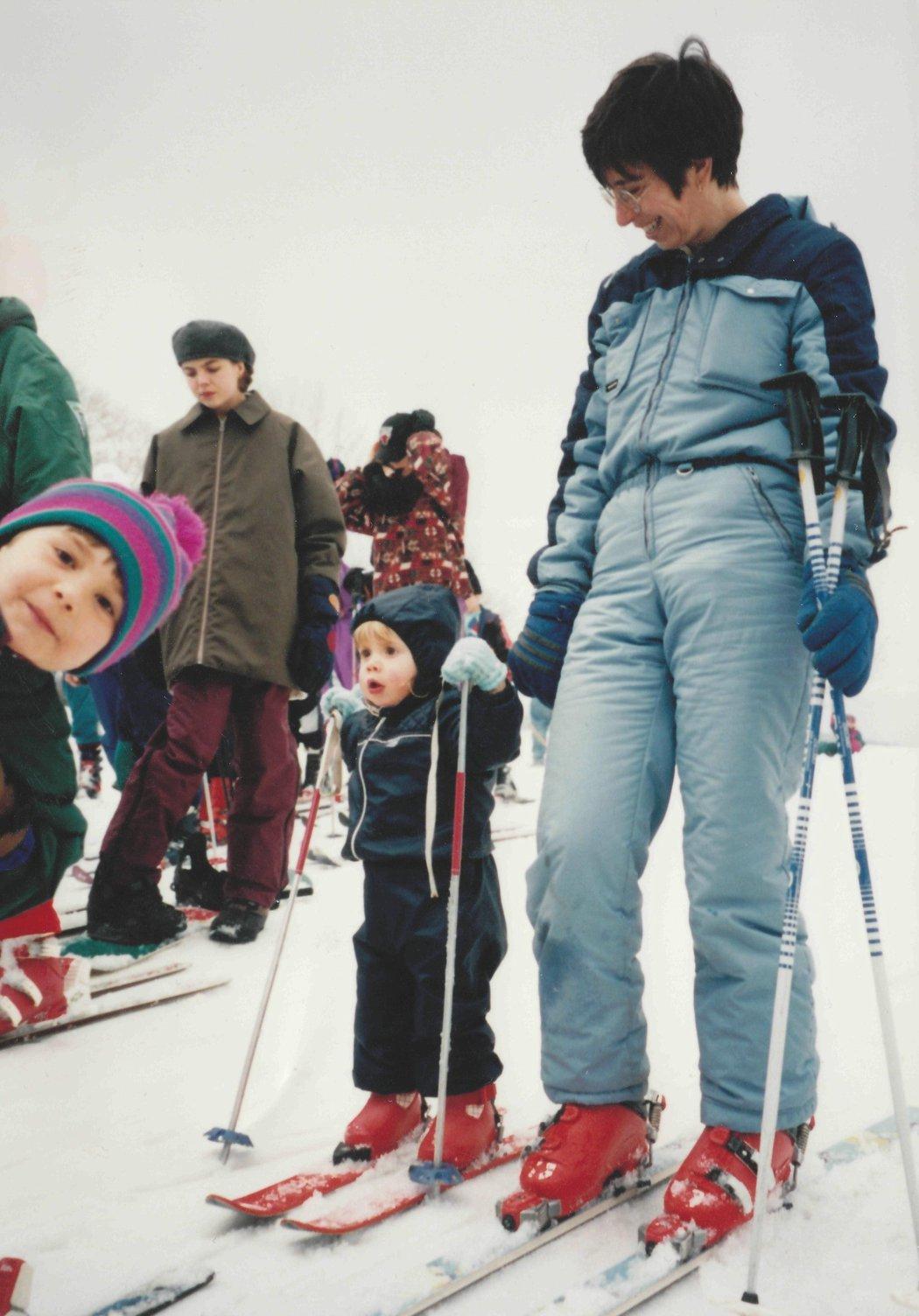 Eva na lyžích s maminkou ve dvou letech