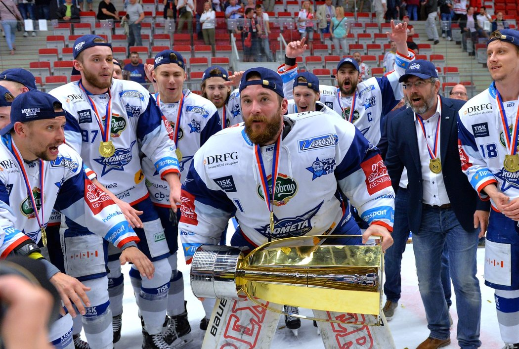 Marek Čiliak se chystá zvednout nad hlavu pohár pro extraligové mistry, který po roce opět získala Kometa