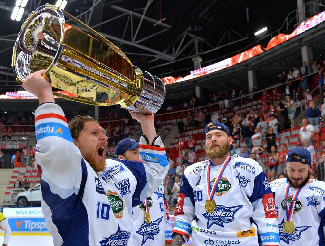 Martin Erat se raduje s mistrovským pohárem po triumfu v Třinci