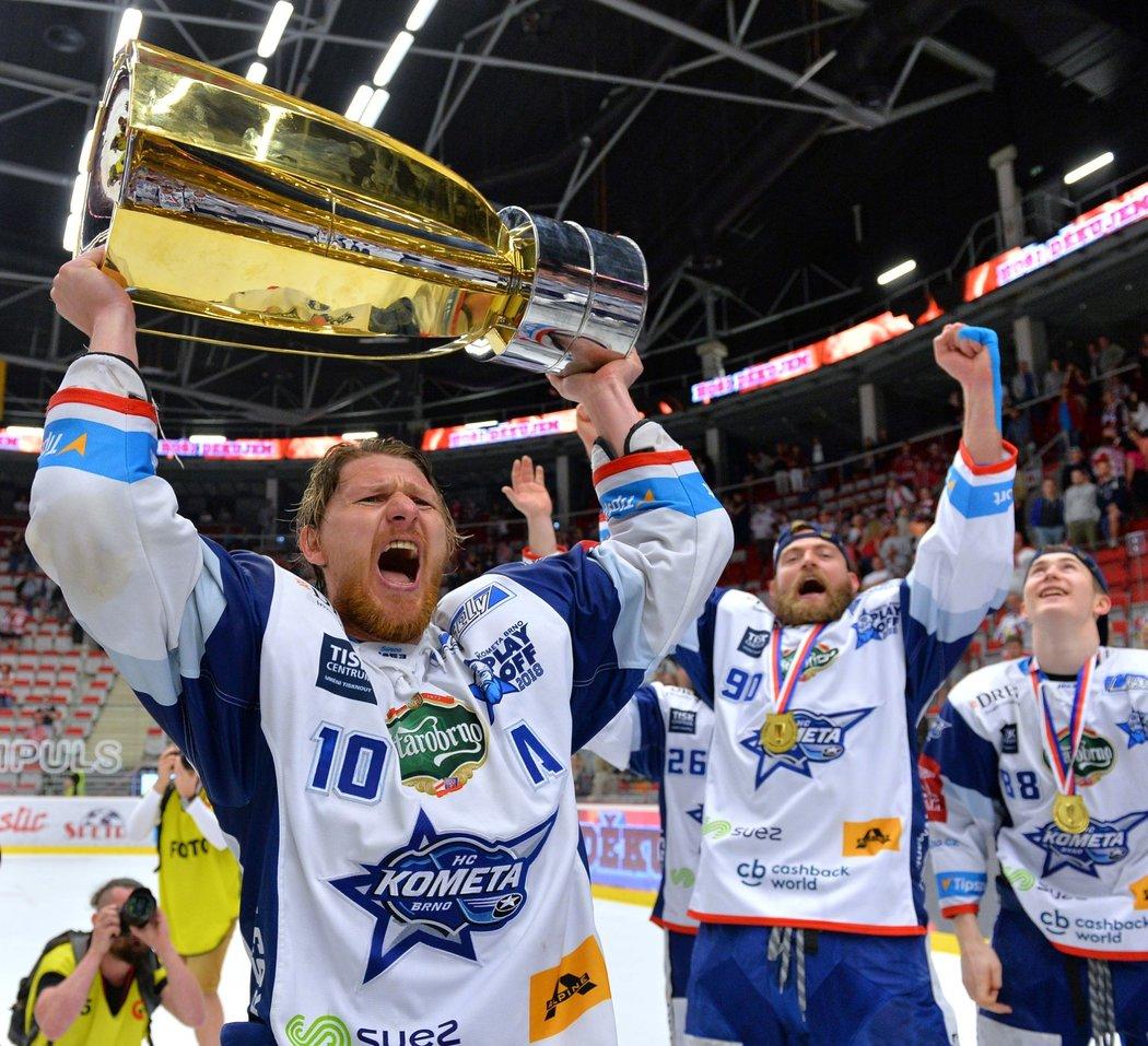 Jsme mistři! Hokejisté Komety s Martinem Eratem oslavují zisk titulu po výhře v Třinci.