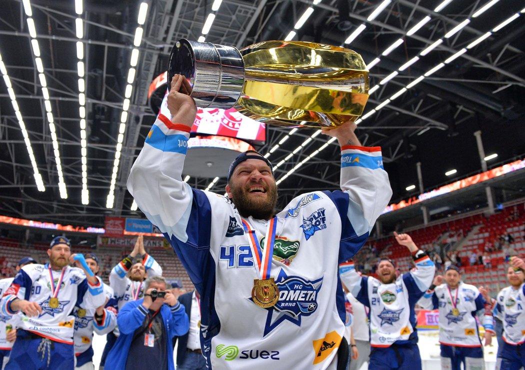 Michal Barinka a jeho mistrovská radost s pohárem nad hlavou