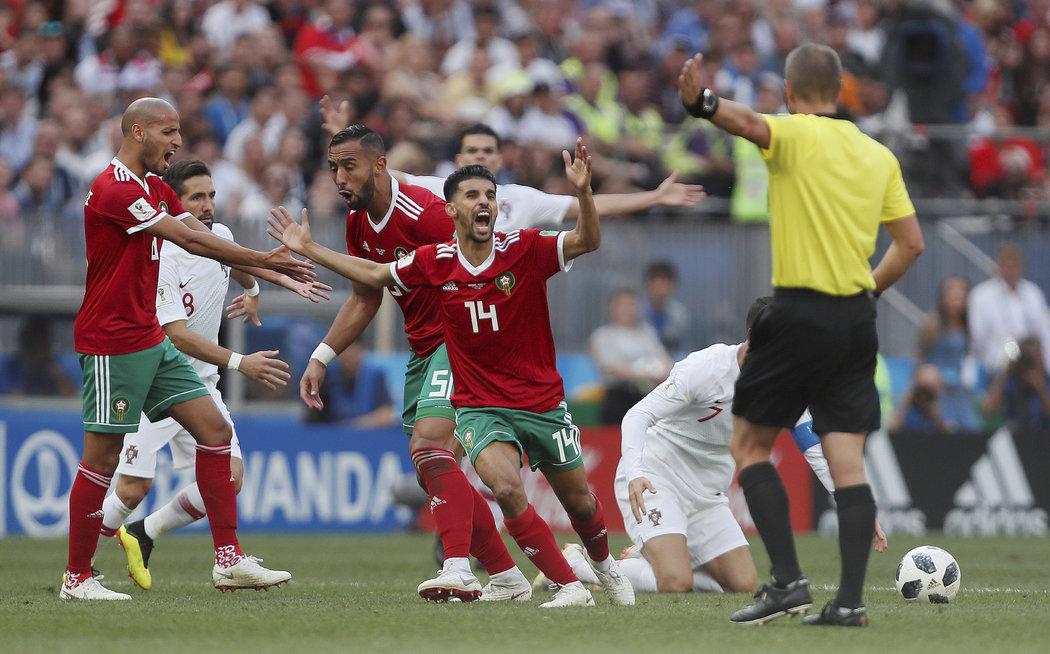 07d144f3f Reakce Maročanů po odpískaném faulu na portugalského kapitána Cristiana  Ronalda.