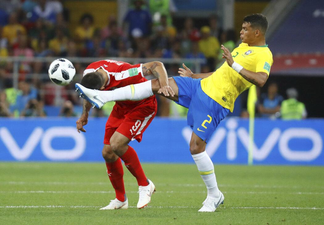 Thiago Silva chce být u míče dříve než hlavičkující Mitrovič