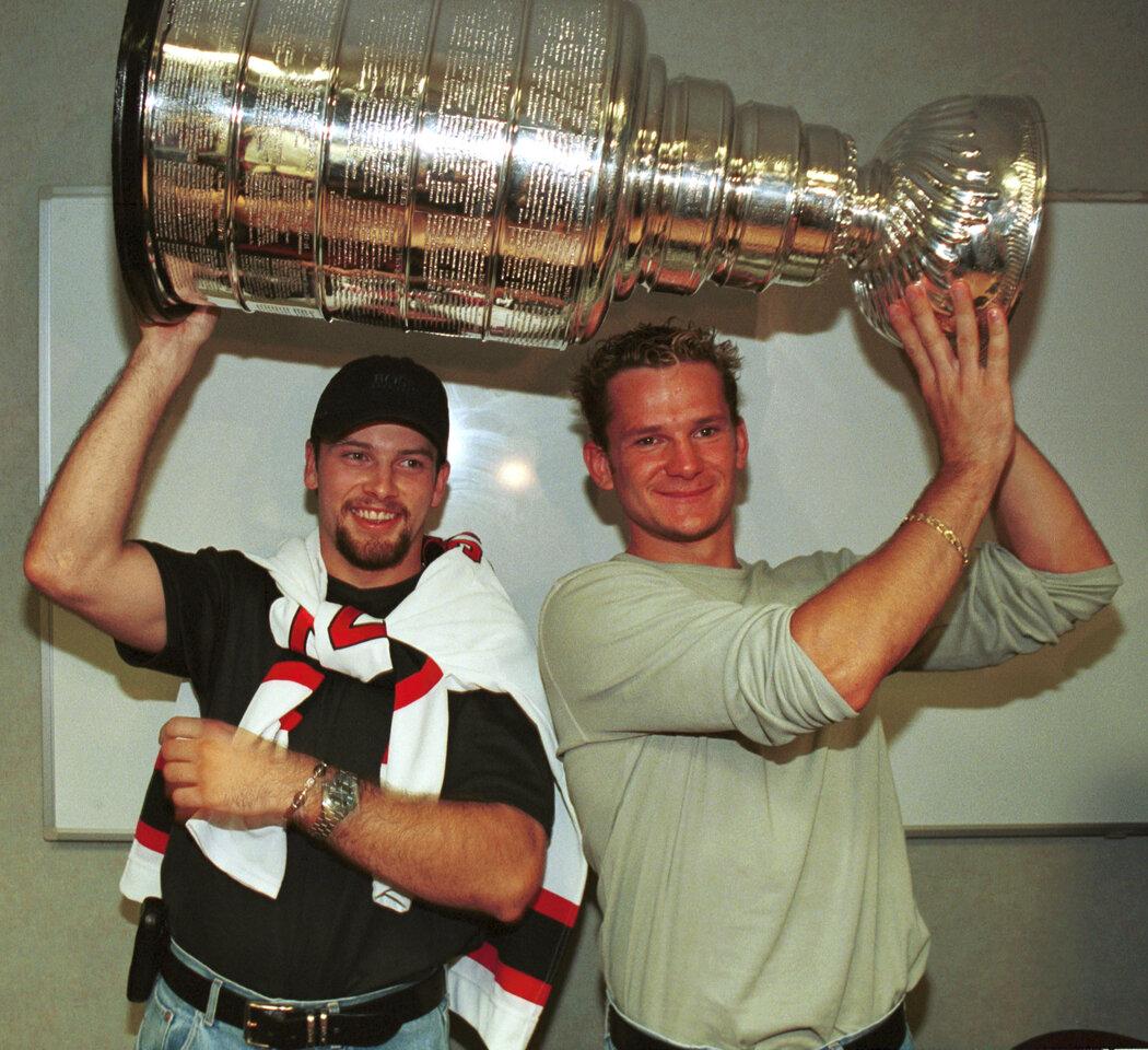 Petr Sýkora s Patrikem Eliášem si první zisk Stanley Cupu v roce 2000 náramně užili