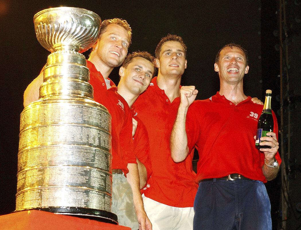 V roce 2002 vyhrála s Detroitem Stanley Cup hned trojice Čechů - Jiří Šlégr, Jiří Fischer a Dominik Hašek. S nimi slavil i Ladislav Kohn, který v Red Wings rovněž působil, ale nenastoupil v play off