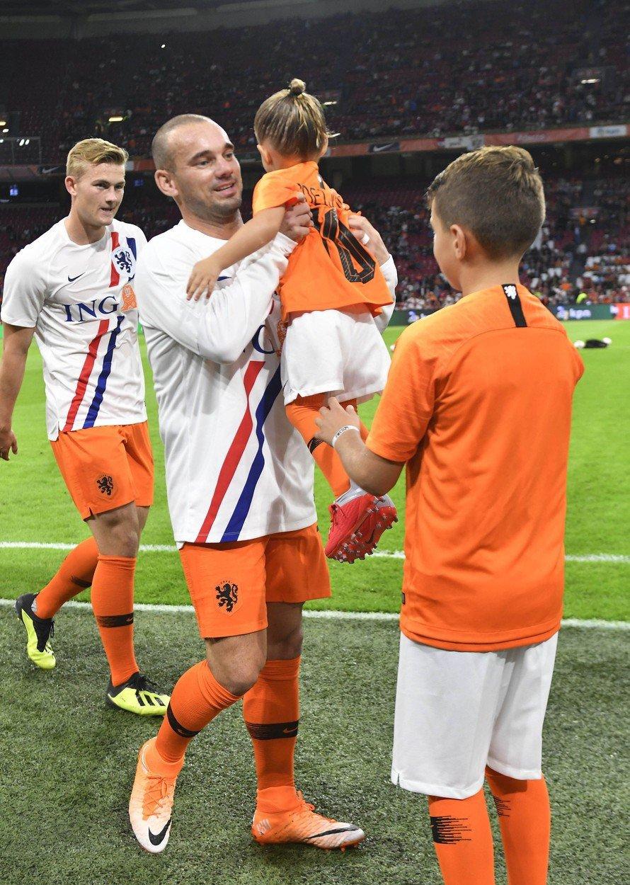 Wesley Sneijder při rozlučkovém zápase za nizozemskou reprezentaci se svými dětmi