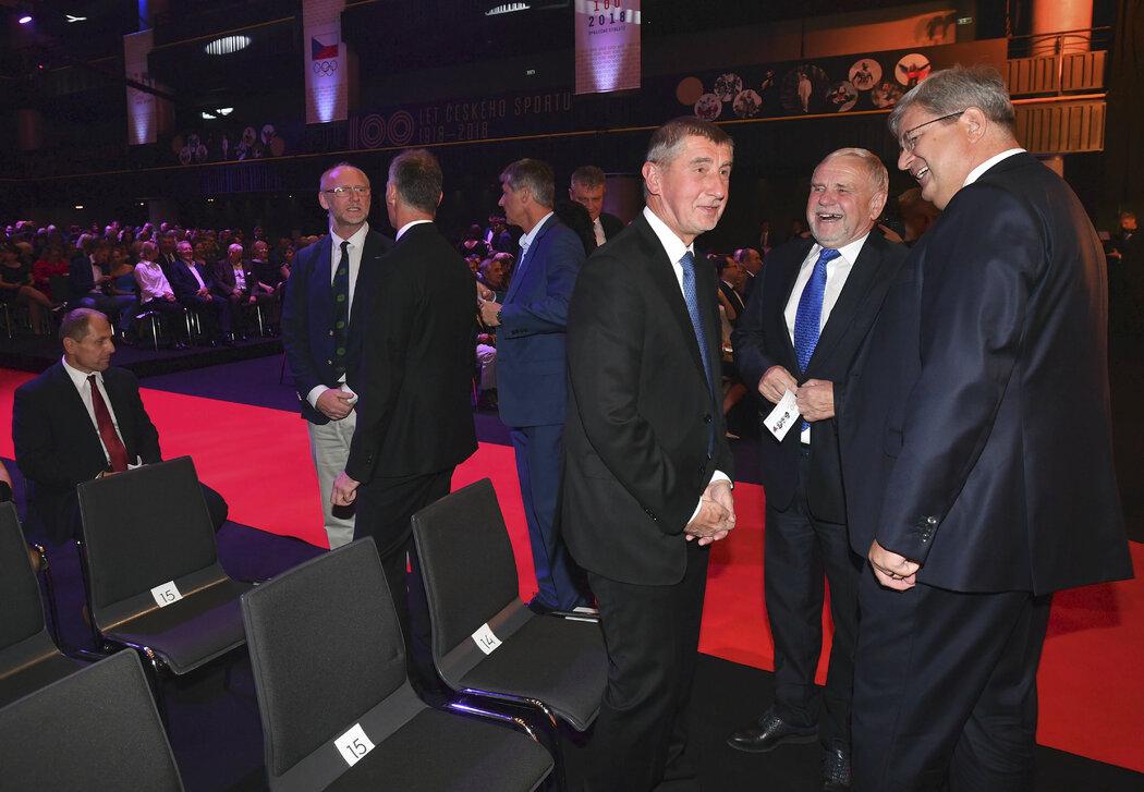 Premiér Andrej Babiš se na oslavách 100 let českého sportu baví mimo jiné s šéfem ČUS Miroslavem Janstou (vpravo)