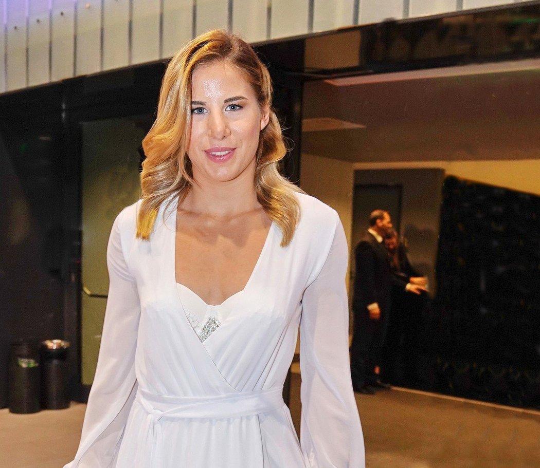 Ester Ledecká dorazila na oslavy sta let českého sportu v bílé róbě