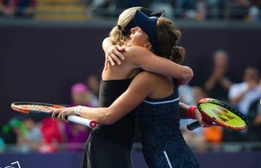 Andrea Sestini Hlaváčková a Barbora Strýcová vyhrály čtyřhru na elitním turnaji v Pekingu a slaví druhý společný a zatím nejcennější titul.