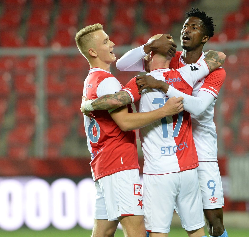 Jan Matoušek a Peter Olayinka gratulují Miroslavu Stochovi ke krásnému gólu, kterým uzavřel skóre utkání proti Příbrami na 4:1