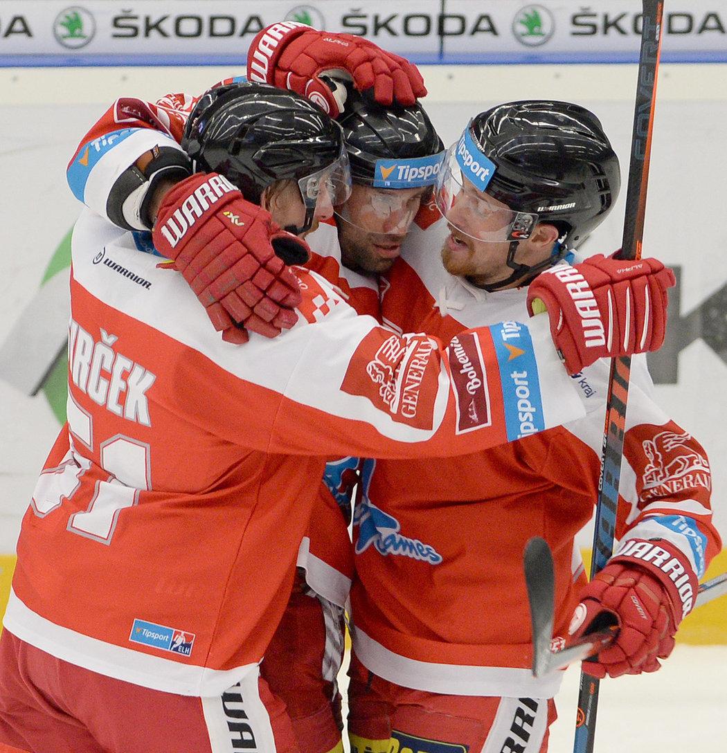 Olomoučtí hokejisté oslavují trefu Zbyňka Irgla