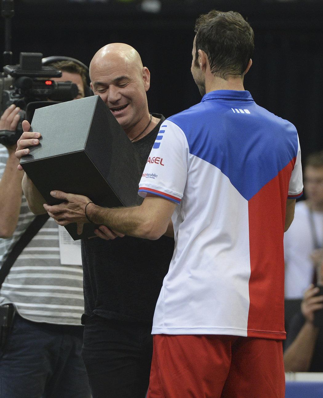 Andre Agassi přebírá dar od Radka Štěpánka