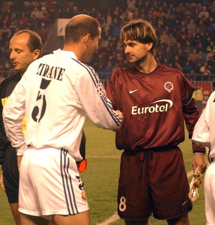 Pozdrav kapitánů. Zinedine Zidane si za Real Madrid podává ruku s Jiřím Novotným ze Sparty.
