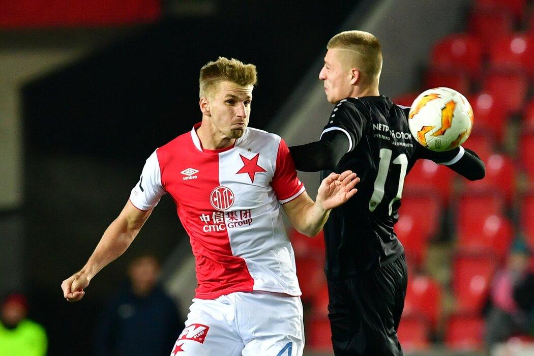 Jakub Jugas ze Slavie se snaží dostat k míči v duelu s Chrudimí v rámci osmifinále MOL Cupu