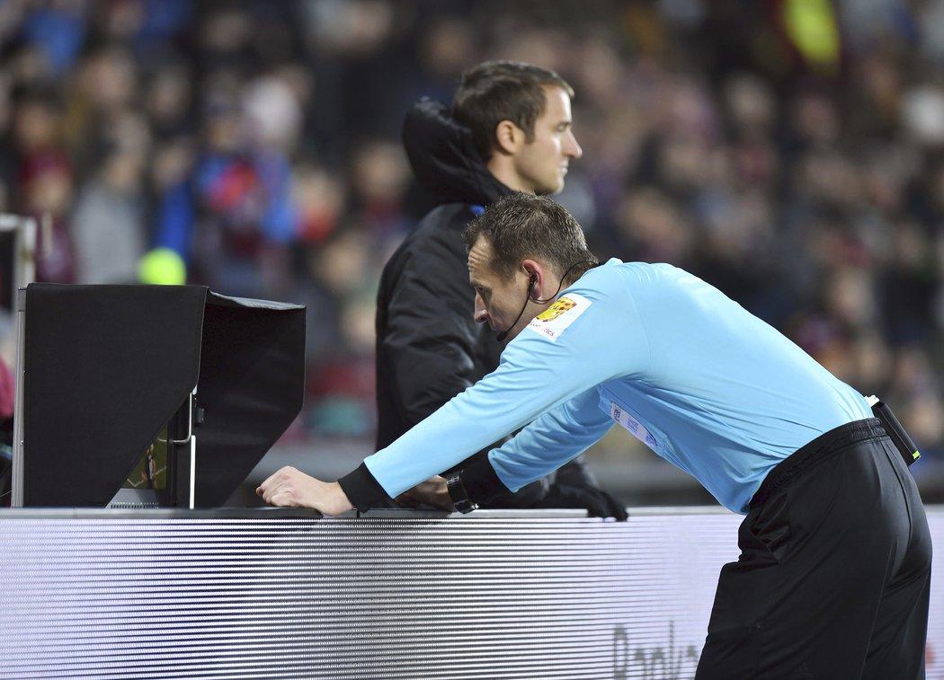 Pavel Královec se podíval na video a nařídil penaltu pro Spartu. Nicolae Stanciu ji ovšem neproměnil