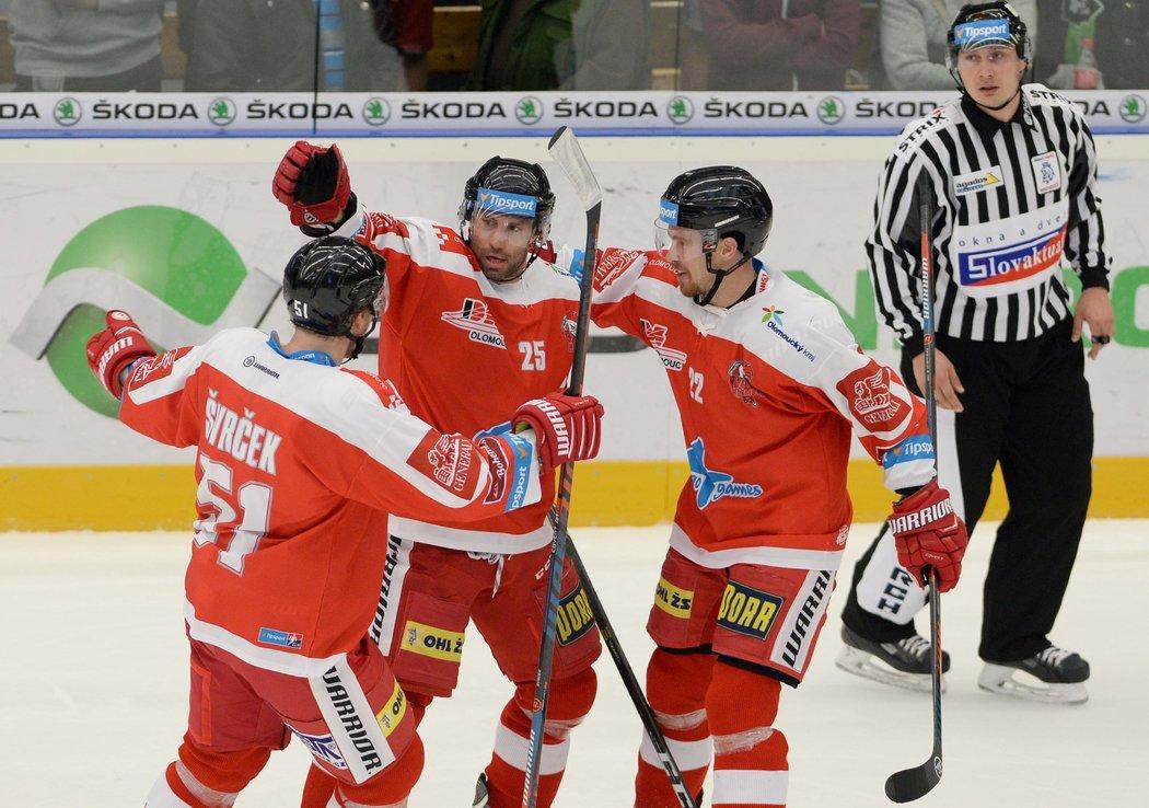 Olomoučtí hokejisté Zbyněk Irgl (uprostřed) a Jan Jaroměřský (vpravo) se radují ze vstřeleného gólu