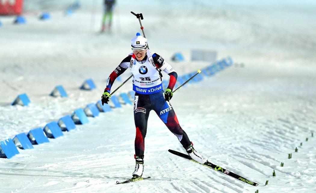 Veronika Vítková dojíždí do cíle sprintu SP v Novém Městě