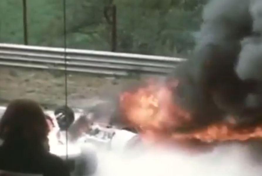 Rok 1976, Nürburgring: Arturo Merzario, Brett Lunger, Guy Edwards a Harald Ertl bojují u hořícího »korábu« o život legendárního Nikiho Laudy.