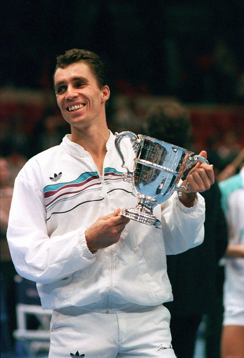 Ivan Lendl při zisku turnajové trofeje během úspěšné tenisové kariéry