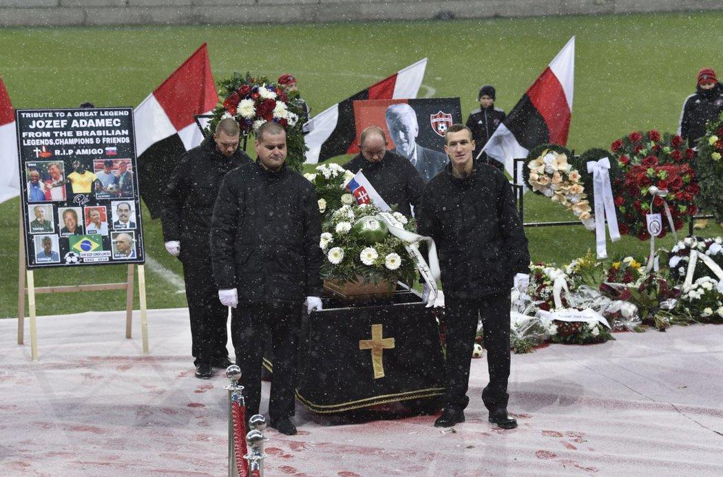 Rakev s ostatky slavného trnavského střelce Jozefa Adamce