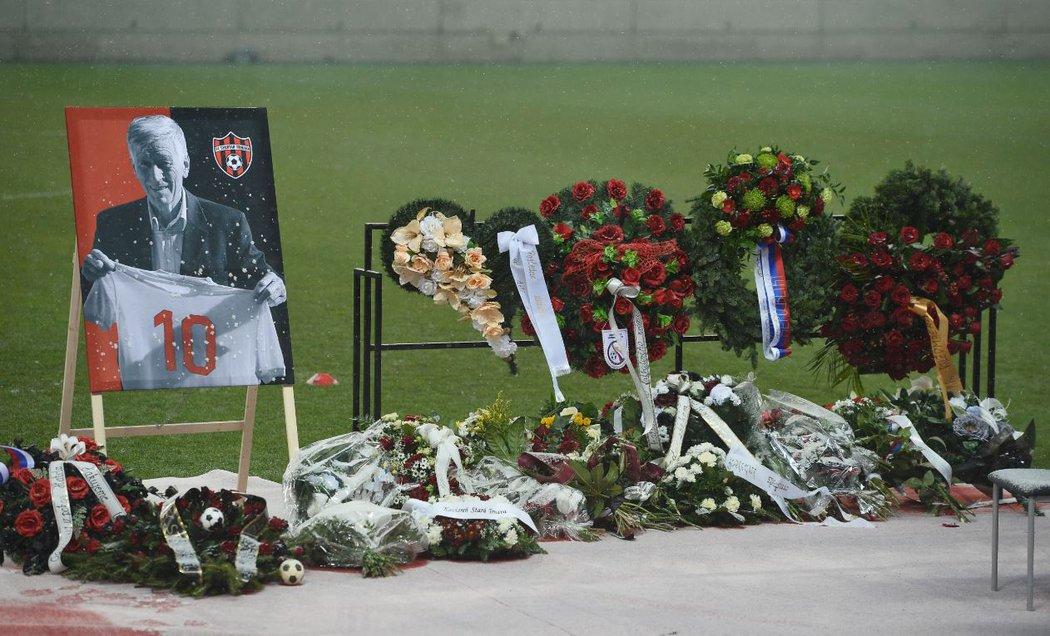 Na pohřeb Jozefa Adamce dorazilo nepočítaně věnců, květin a kondolencí...