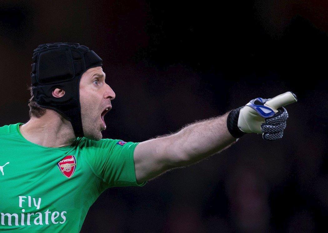 Gólman Arsenalu Petr Čech si rovná zeď
