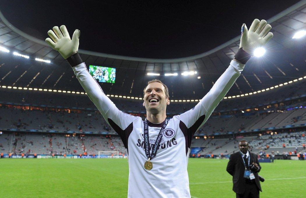 Radost Petra Čecha po triumfu v Lize mistrů v roce 2012 s londýnskou Chelsea