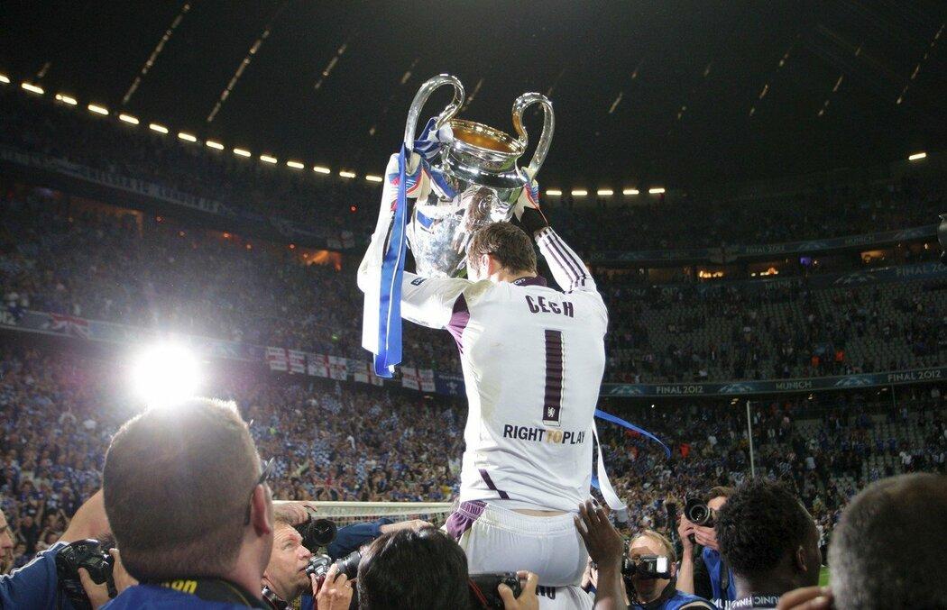 Petr Čech s pohárem pro vítěze Ligy mistrů, který vybojoval s Chelsea v roce 2012, když se svými spoluhráči vyhrál nad Bayernem Mnichov po penaltovém rozstřelu 2:1