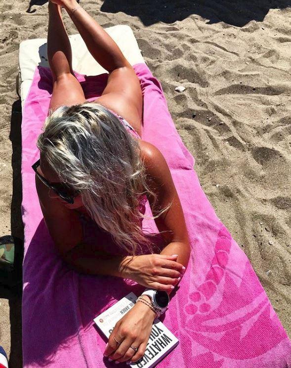 Nadějná česká lyžařka Barbora Havlíčková si dovolenou na pláži umí užít