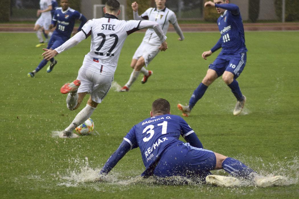 Fotbalisté Baníku Ostrava v utkání na soustředění v Turecku, které týmu komplikovalo deštivé počasí