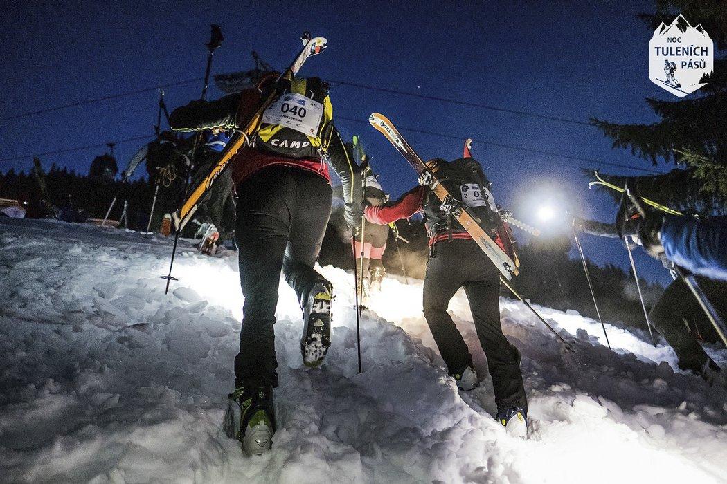 Noční skialpinistický závod Noc tuleních pásů v Peci pod Sněžkou