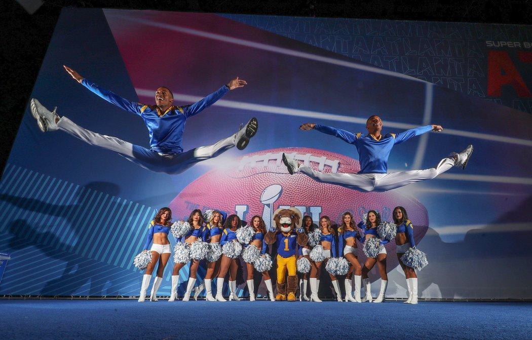 Skupina cheerleaders LA Rams doplněná o dva tanečníky