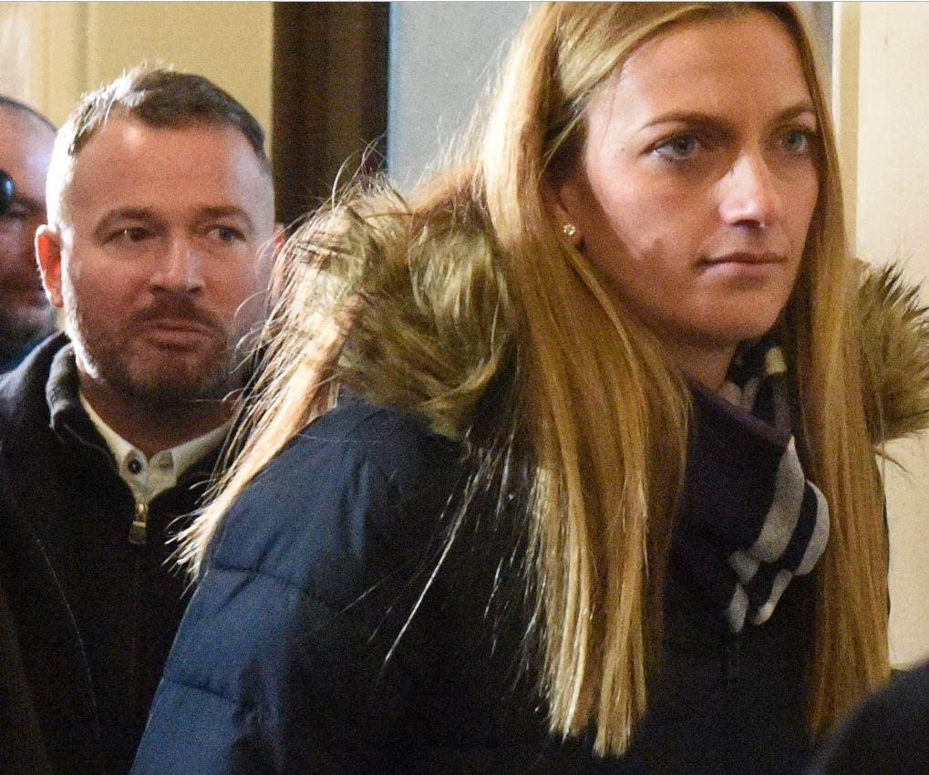 Martin Paštika dohlíží na pohodlný odchod Petry Kvitové z budovy brněnského soudu