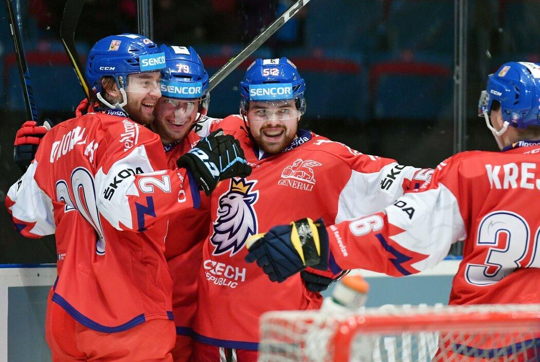 Čeští hokejisté se radují ze vstřelené branky