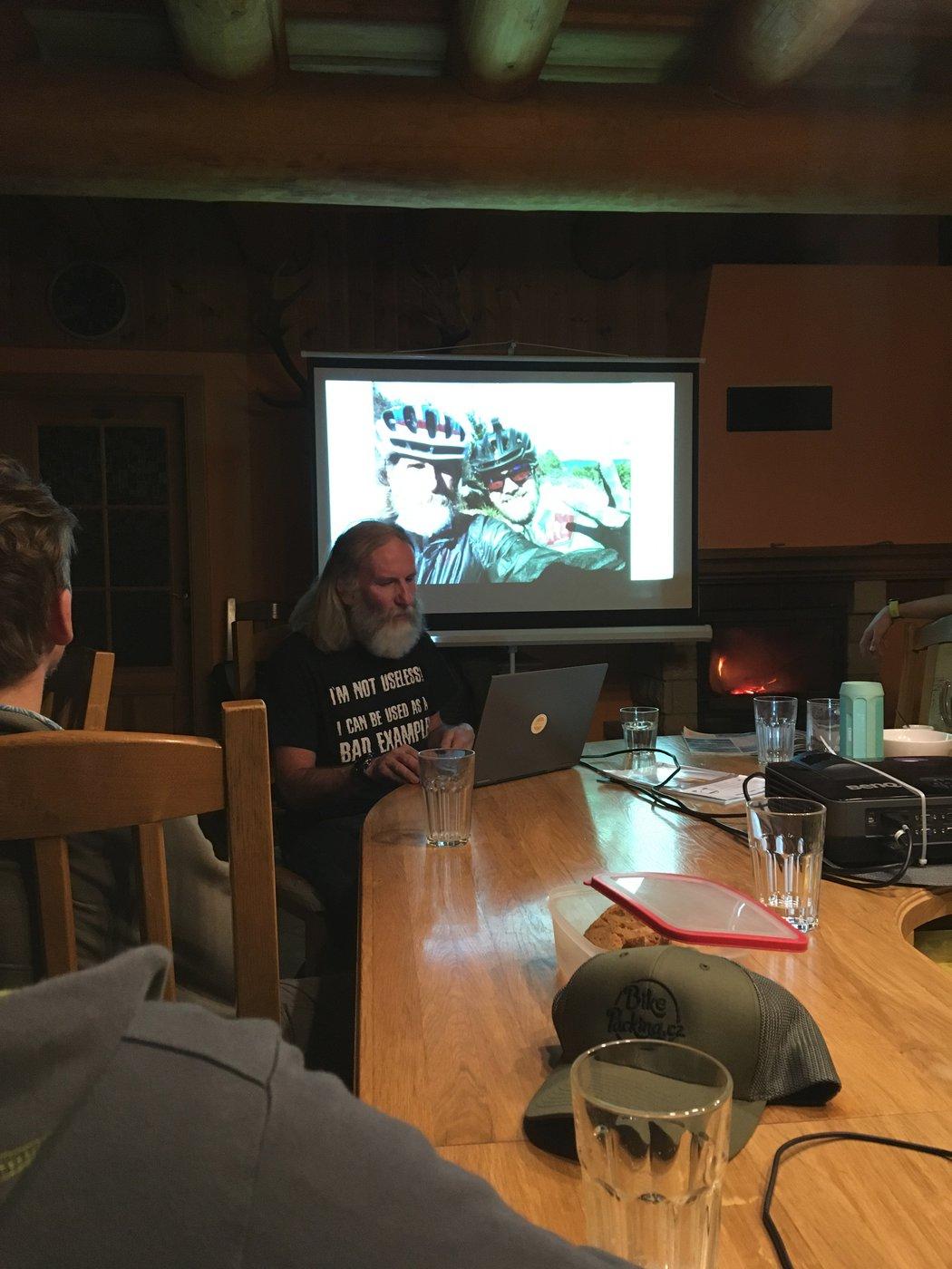večerní promítání a povídání o tom, jak přejet Nový Zéland na kole ze severu na jih za 20 dní