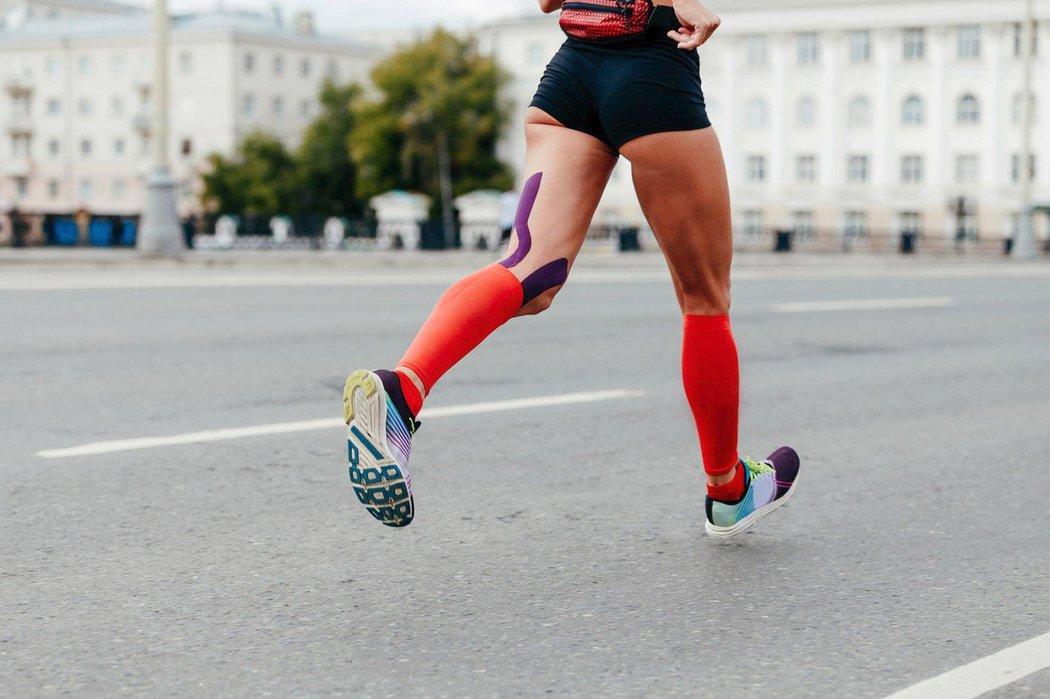Kompresní oblečení může snížit i riziko otoku a zabránit pocitu těžkých nohou.