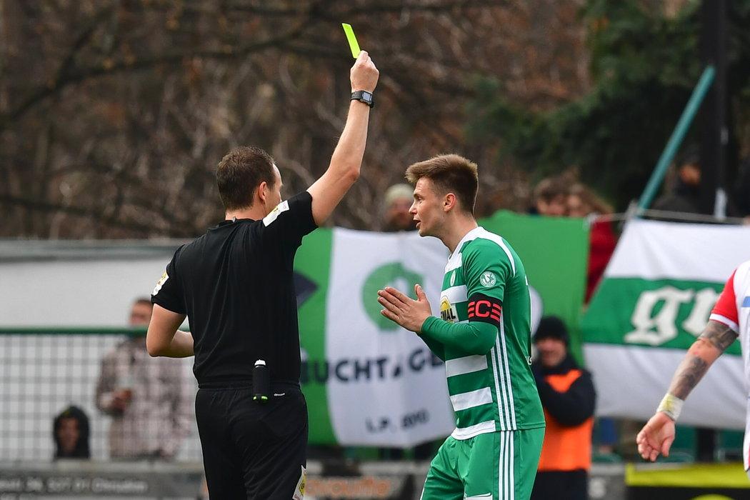 Kapitán Bohemians Daniel Krch dostává žlutou kartu za penaltový zákrok