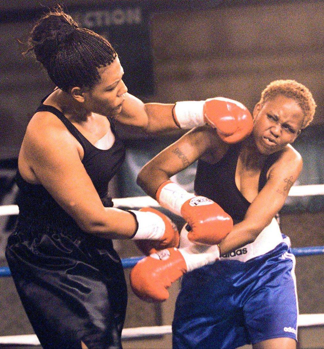 Foremanova dcera Freeda (vlevo) si sáhla na život