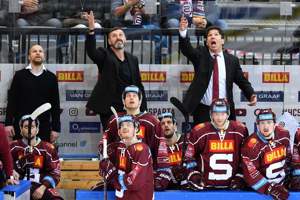 Trenéři Sparty Jaroslav Nedvěd a Uwe Krupp si stěžují na jednu ze situací ve třetím utkání předkola proti Vítkovicím