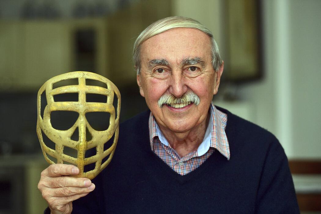 Legendární brankář Jiří Holeček se svojí ikonickou maskou