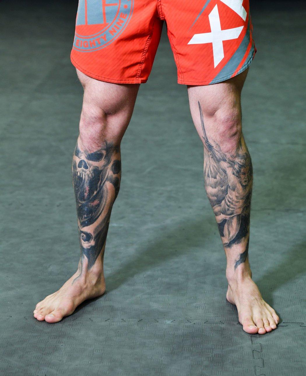 Na pravé noze lebky, na levé zase archanděl. To jsou tetování Patrika Kincla.