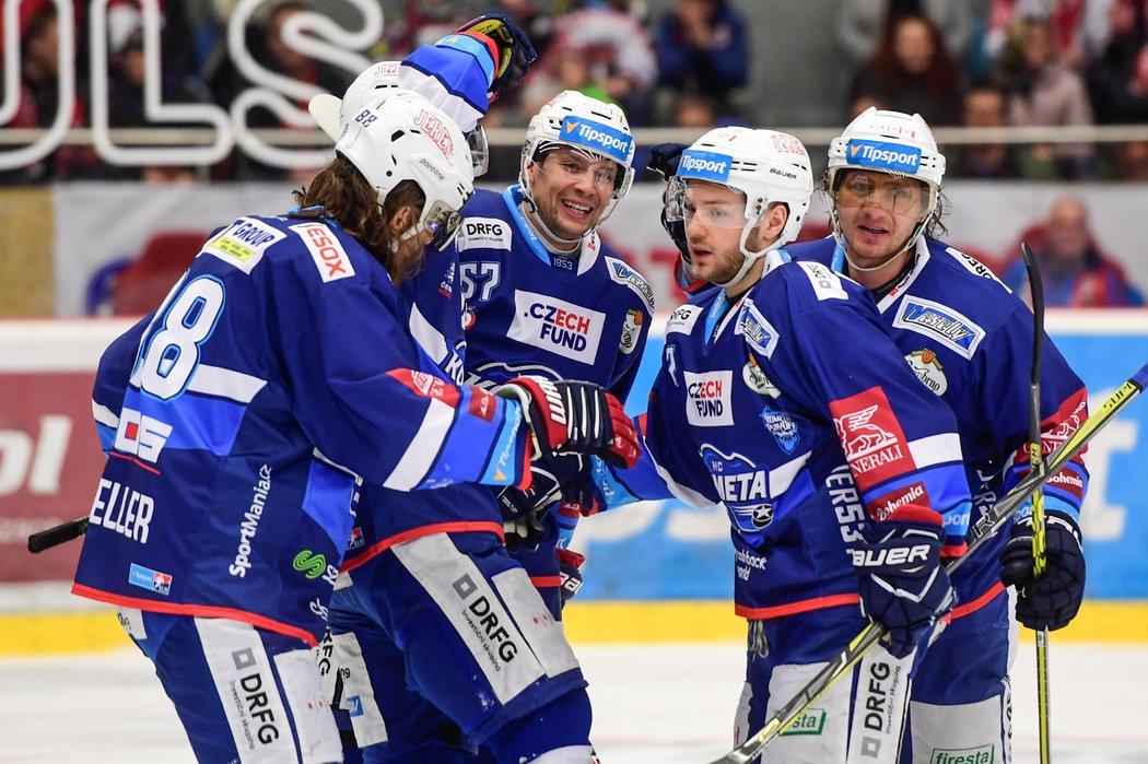 Hokejisté Komety se radují ze vstřelené branky ve druhém čtvrtfinále s Hradcem Králové