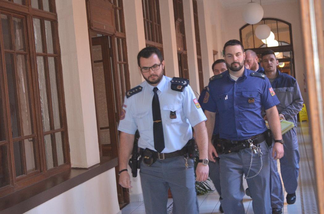Eskorta přivádí k brněnskému soudu Radima Žondru, obžalovaného z napadení a pořezání tenistky Petry Kvitové