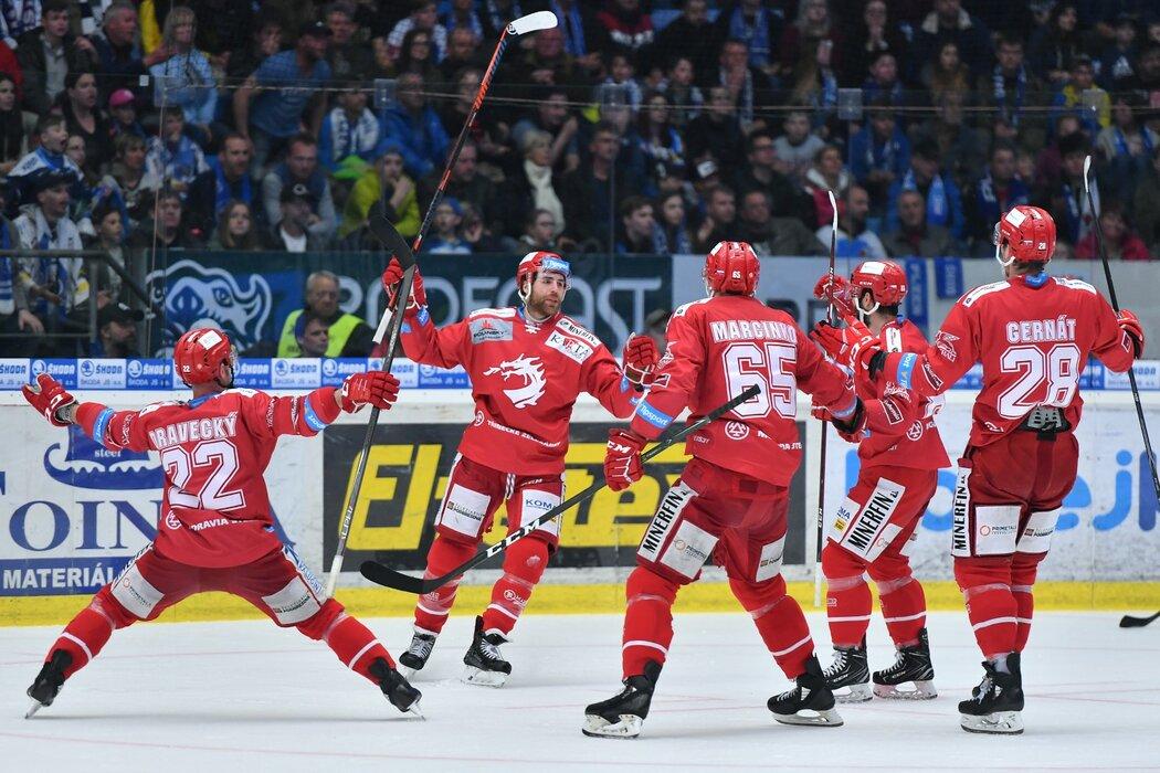 Je to tam! Ethan Werek slaví jeden ze svých dvou gólů ve čtvrtém semifinálovém utkání na ledě Plzně